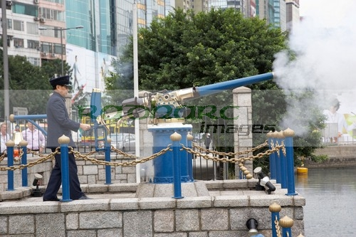 Firing the Hong Kong noonday gun