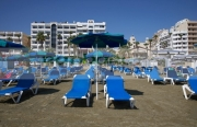 empty-sun-loungers-in-front-hotels-apartments-on-phinikoudes-beach-in-the-town-centre-larnaca-republic-cyprus