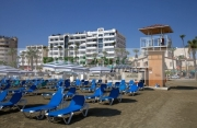 empty-sun-loungers-lifeguard-tower-in-front-hotels-on-phinikoudes-beach-in-the-town-centre-larnaca-republic-cyprus