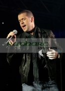 Singer-Shayne-Ward-performing-in-concert