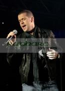 Singer-Shayne-Ward-performing-in-concert