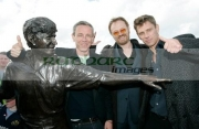 Damian-Harris,-Jared-Harris-Jamie-Harris,-sons-Richard-Harris-with-his-statue
