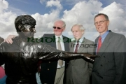 Richard-Harris-surviving-brothers-with-his-statue