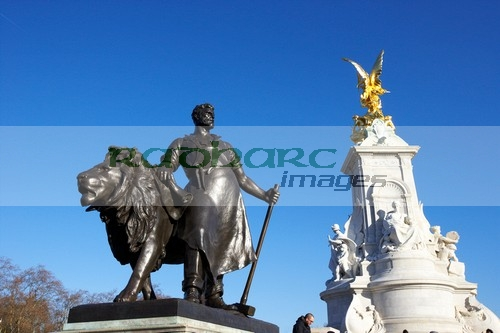 industry-sculpture-gift-from-the-people-new-zealand-queen-victoria-memorial-in-the-centre-buckingham-fountain-constitution-hill-London-England-UK-United-kingdom