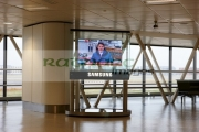 samsung-large-panel-television-showing-bbc-news-at-terminal-1-passenger-terminal-building-heathrow-airport-london-uk