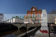 war-memorial-Newry-Town-Hall-designed-by-William-Batt-county-armagh-side-northern-ireland-uk-the-town-hall-was-built-on-bridge-over-the-river-clanrye-between-counties-down-armagh