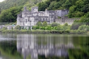 Kylemore-Abbey-reflected-in-the-lake-Connemara,-County-Galway,-Republic-Ireland.