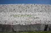 close-up-the-kerbstones-white-quartz-facade-wall-with-round-granite-stones-the-newgrange-passage-tomb,-county-meath,-republic-Ireland