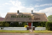 traditional-irish-thatched-cottage-by-the-roadside-county-sligo-republic-ireland