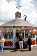 tourist-kiosk-shop-selling-ice-creams-souvenirs-in-the-harbour-at-courtown