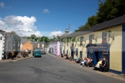 tourists-outside-fitzgeralds-pub-main-road-in-the-village-avoca-from-the-tv-series-ballykissangel