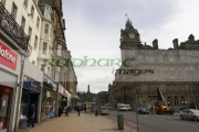 Sunday-shopping-on-Princes-Street-looking-towards-Calton-Hill,-Edinburgh,-Scotland,-UK