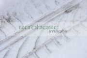car-tyre-tread-in-the-snow