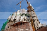 scaffolding-cranes-above-Sagrada-Familia-Barcelona-Catalonia-Spain