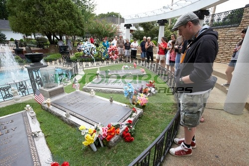 Visitors pay respects at Elvis grave in Graceland