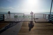 people-fishing-off-the-end-daytona-beach-pier-early-morning-florida-usa